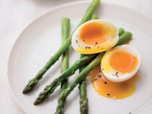 jajko na miękko i szparagi